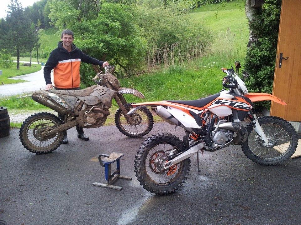 Alexander Angerer bei der Motorrad-Wäsche nach dem Rennen